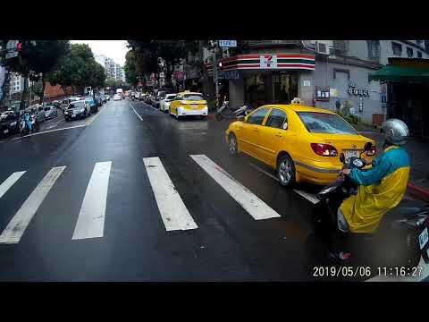 05 06 看起來警車上的警察沒看到計程車停在斑馬線上面
