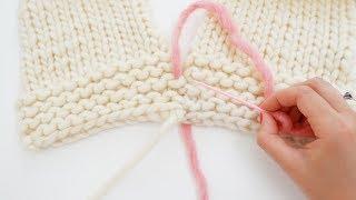 Apprenez à tricoter très facilement grâce aux vidéos WoolKiss. Ici, vous apprendrez à faire une couture invisible. Cette couture se fait sur le point mousse, qui ...