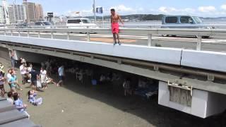 江の島大橋(弁天橋)から飛び降りる人