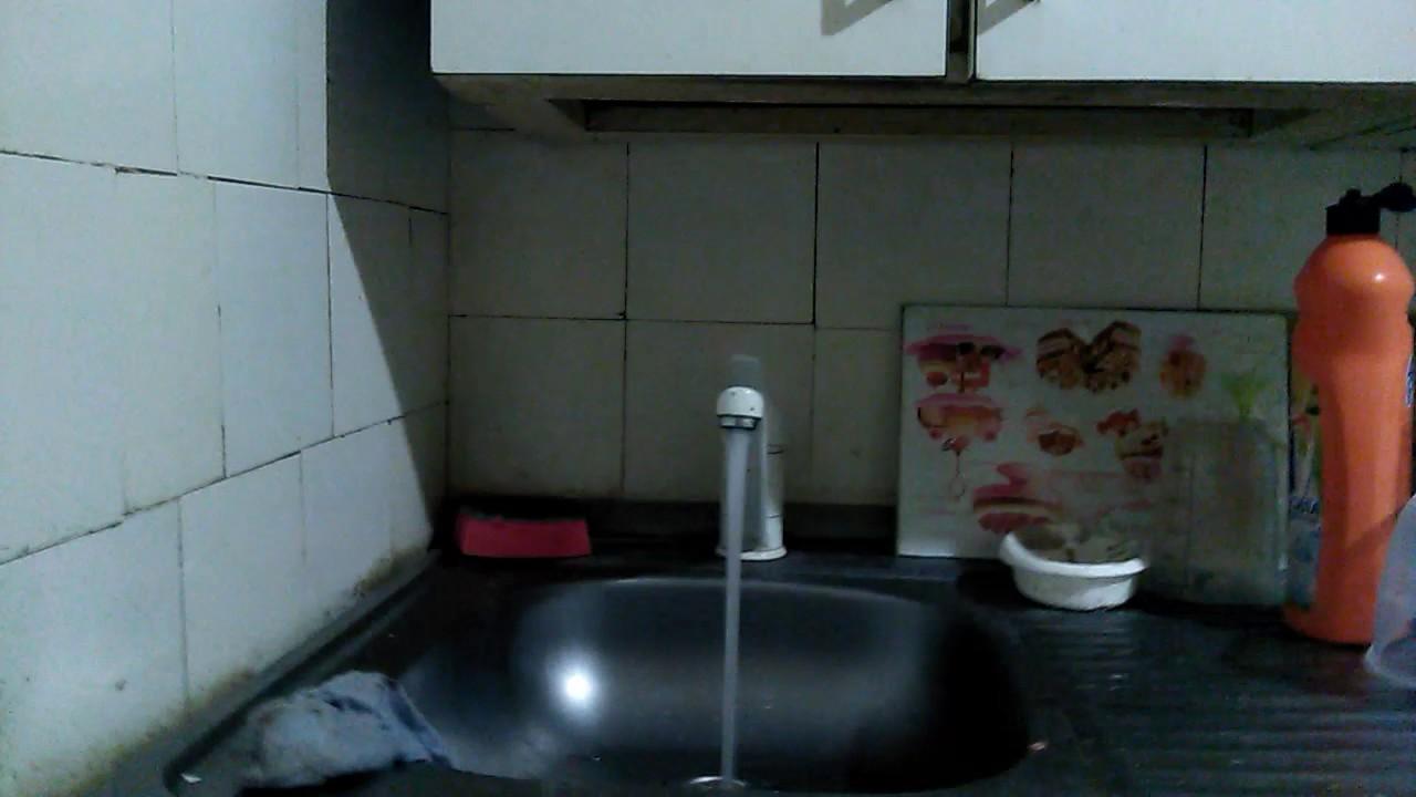 анальный эксперимент с водой над женщиной сильно прижался