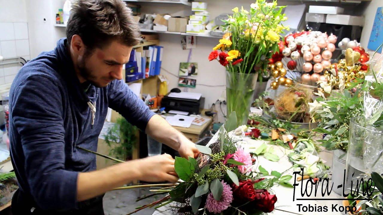 Der Florist Zeigt Wie Er Einen Blumenstrauss Bindet Youtube