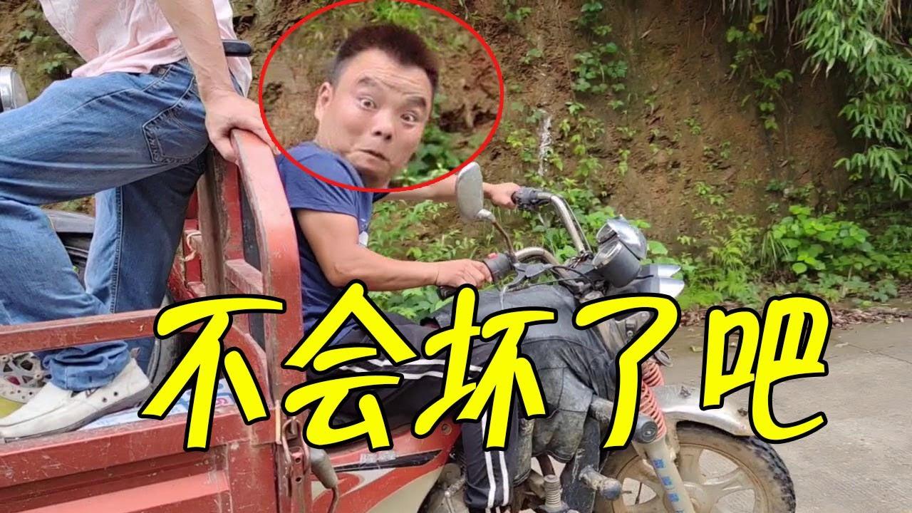 鄰居大哥摩托車壞半路上,3小伙幫忙拉去修,最後直接報廢了【石頭秀】
