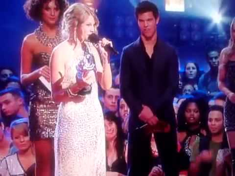 KANYE WEST DISSES TAYLOR SWIFT AT VMA S