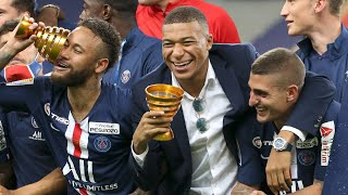 Mbappé and PSG players having fun with Marco Verratti's phone