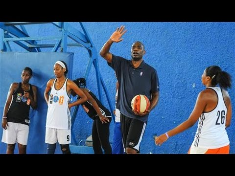 Former NBA Greats Hold Basketball Clinic in Cuba