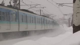 定時!雪の妙高高原駅に耐寒耐雪機能装備の普通列車進入