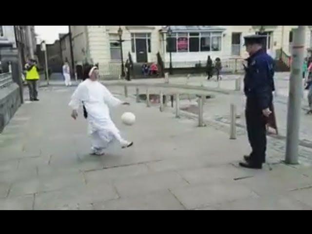 La monja, el policía y el balón