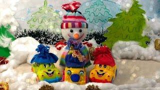 Новогоднее видео. Снеговик и машинки играют в снежки