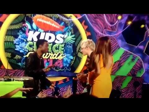 Kids choice awards 2014 Ariana Grande and Ross Lynch won for favorite Tv Actor and TV actress