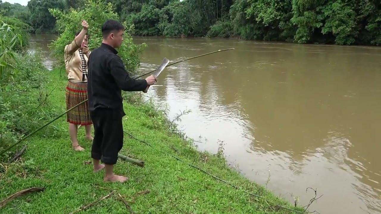 Survival skills - Primitive fishing catch fish in rainy season, unique fishing