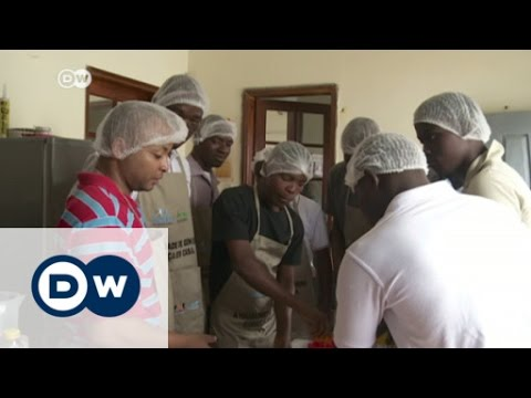 Men in the kitchen in Mozambique | DW News