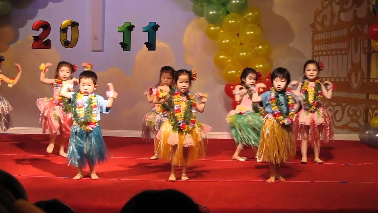 Sarah hula dances at her pre-school's graduation ceremony - YouTube