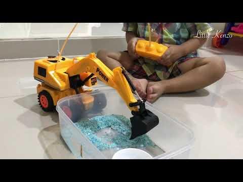 Reaksi Little Kenzo Saat Main Backhoe - Excavator Mini Remote Control | Mainan Anak Cowok Mobil