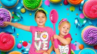 Дети готовят кекс. Саша и Аня помогают маме готовить