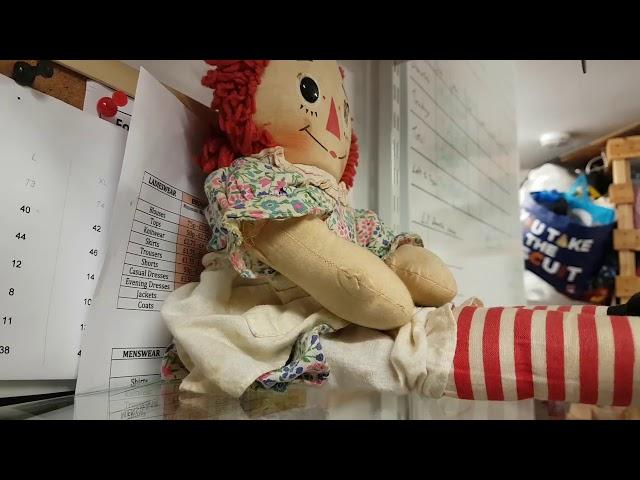 El dueño de una tienda en Escocia graba cómo se mueve una muñeca poseída