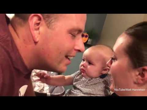 Em bé bật khóc khi thấy bố mẹ hôn nhau