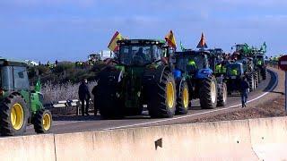 شاهد: الجرارات والمعدات الفلاحية تشل حركة المرور في إسبانيا …