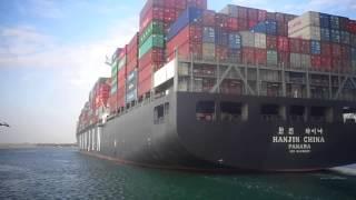شاهد عبور السفن فى قناة السويس بينما تواصل اعمال الحفر فى قناة السويس الجديدة