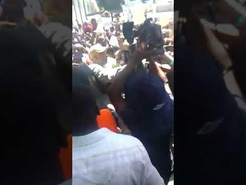 Gade kòman pèp la ap imilye lidè politik nan sit-in kont gagòt 3.5 milya dola petro karibe a.@SS