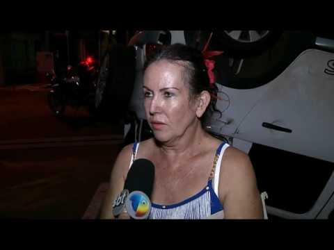 """Condutora não respeita """"pare"""" e capota ao ser atingida por outro carro"""