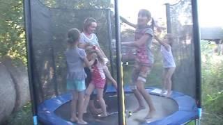 купили батут- радость детям и взрослым(В гости пришли :кума Валя с Дашей, соседки-Вика и Виолета и с ними так же прыгают мои дочки- Лиза и Мила., 2016-08-11T19:08:02.000Z)