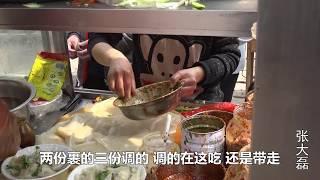 河南勤劳姐妹俩卖特色小吃裹凉皮,只卖三块五一份,每天卖1000份