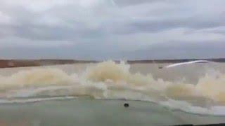 اثنين يقطعون بشاص تويوتا مستنقع ماء كبير والماء يوصل الي القزازه الاماميه شمال السعوديه