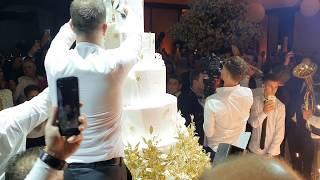 Veljko sabljom seče ogromnu svadbenu tortu, Anastasija nazdravlja šampanjcem u zagrljaju dečka