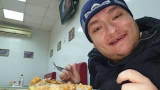 Обедаем с Денисом в кафе курицей и картошкой пюре
