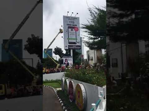 Hujan Uang di billboard 17 Rasuna Said di Jakarta