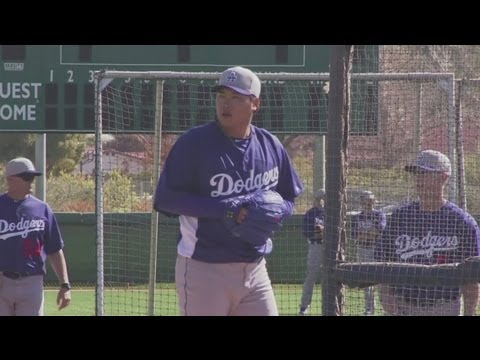 Hyun-Jin Ryu gets tips from LA Dodgers legend Sandy Koufax