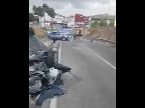 Video del estado de los dos coches, uno con 16 fardos de hachís y otro de la Policía Nacional
