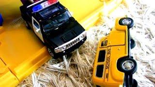 Школьные автобусы и полицейские машины. Авария на дороге. Видео с игрушечными машинками