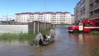 Жители Уссурийска добираются домой на лодках