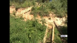 в Канске дачник за собственные деньги построил огромную лестницу для спуска к реке