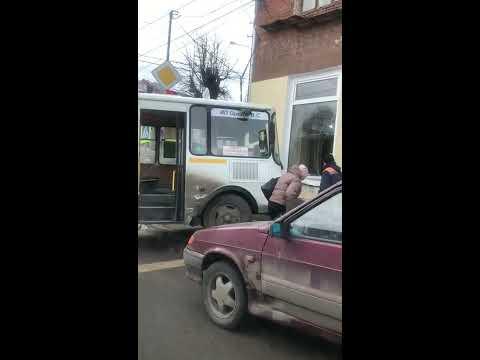 В центре Серпухова автобус въехал в стену дома