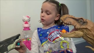 Feeding Pet Dinosaurs & Sharks Candy Gumballs from Hello Kitty Gumball Machine