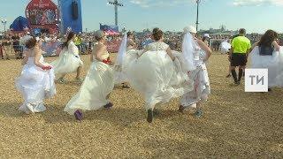 Невесты Казани устроили футбольный матч в центре фан-феста города