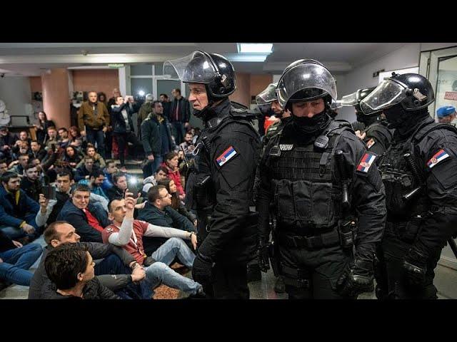<span class='as_h2'><a href='https://webtv.eklogika.gr/servia-diadilotes-apekleisan-to-proedriko-megaro' target='_blank' title='Σερβία: Διαδηλωτές απέκλεισαν το προεδρικό μέγαρο'>Σερβία: Διαδηλωτές απέκλεισαν το προεδρικό μέγαρο</a></span>