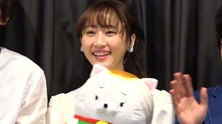 映画『笑う招き猫』の初日舞台挨拶が都内で行われ、主演の松井玲奈をは...
