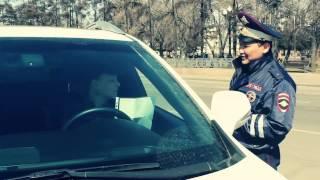 Сотрудник ГИБДД читает стихотворение иркутским водителям