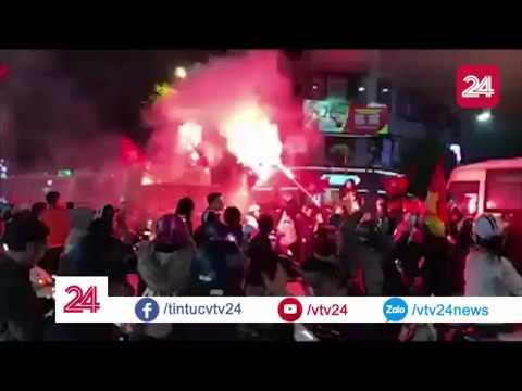 Người dân Hà Nội đốt pháo sáng ăn mừng U23 Việt Nam vào bán kết| VTV24