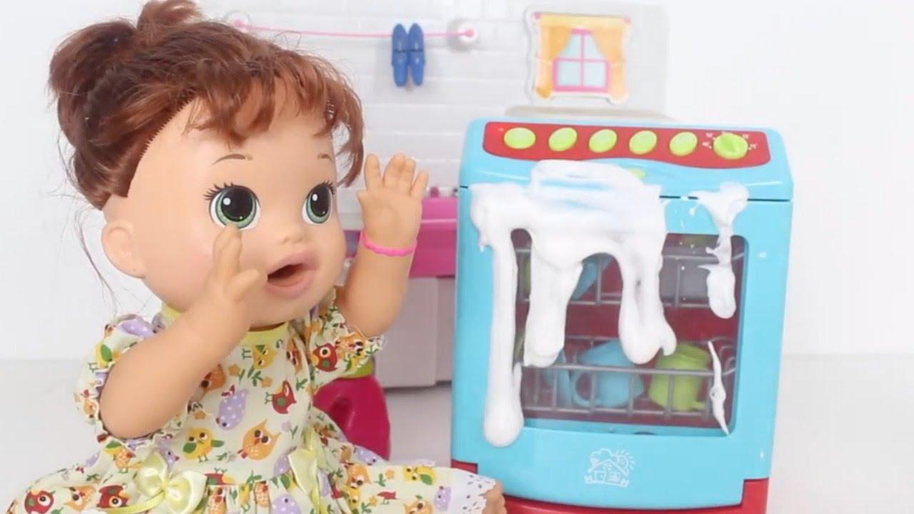 BABY ALIVE SARA COMILONA BRINCANDO COM A MÁQUINA DE LAVAR LOUÇAS DA BABY ALIVE