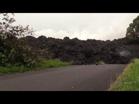 Coulée de lave et explosions bloquent une autoroute à Hawaï