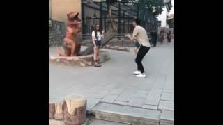 Динозавр пугает людей прикол