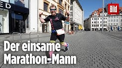 Mann läuft einsam einen Marathon in Leipzig