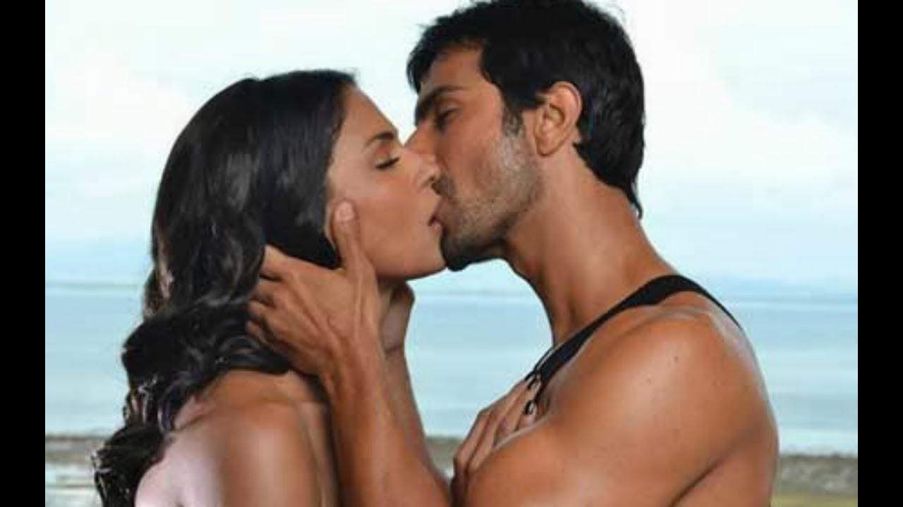 Veena Malik & Ashmit Patel Erotic Lip Lock
