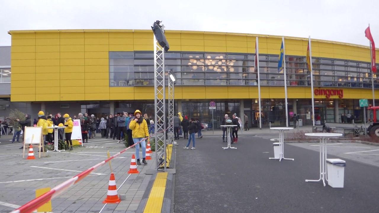 Ikea Weihnachtsbaum.Bei Ikea Knuts Tag Weihnachtsbaum Weitwurf Meisterschaft Berlin 2019