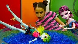 Куклы Монстер Хай в аквапарке - Видео для девочек