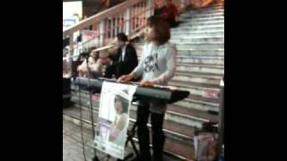 大阪駅前の歩道橋にて ミチコさんの圧倒的な歌唱力!